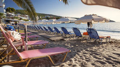 Fina sandstränder utanför Atens kust på ön Egina.