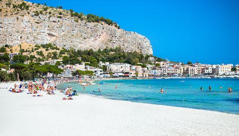 Den vita sandstranden Mondello i Palermo på Sicilien.