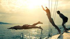 Hoppa ner i plurret direkt från segelbåten.