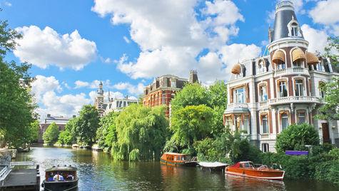 Spännande hus längs kanalen i Amsterdam.