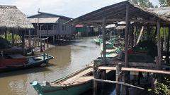 Missa inte att besöka en av landets många flytande byar.