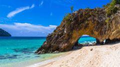 På en av Koh Lipes vita stränder finns det vackra stenformationer.