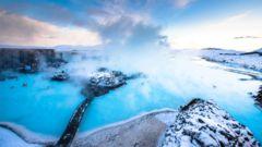 Ta ett ångande bad i Blå lagunen i Reykjavik.