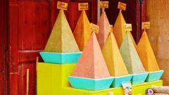 Utforska de färgrika kryddbasarerna i Marrakech.