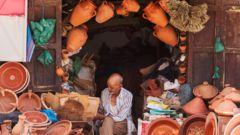 En lokal säljare av keramikkrukor i Marrakech.