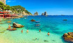 Capri bjuder på turkost vatten och vackra stränder.