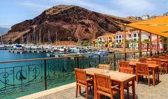 Koppla av på en mysig restaurang i hamnen på Madeira.