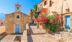 Typisk kyrka i byn Sant'Antonino, Korsika.