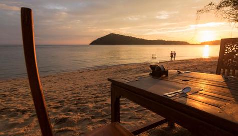 Middag i solnedgången på en sandstrand. Kan det bli bättre?