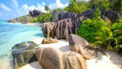 Strand på ön La Digue på Seychellerna.