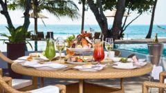 Ät frukost på stranden i karibisk stil.