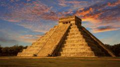 Solnedgång över El Castillo-templet i Chicken Itza.