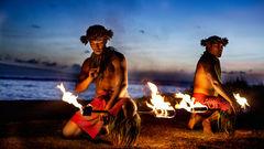 Lokalbefolkning på Maui som dansar med eld.