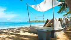 Njut av lugna dagar på en strand i Karibien.