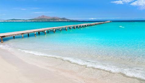 Brygga på Playa de Muro längs Alcudiastranden.
