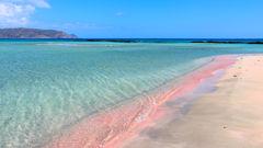 Elafonissi med sin rosa sandstrand är Kretas paradis.