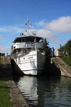 Klassisk båt på klassisk kryssning. Juno vid Bergs slussar, Göta kanal.
