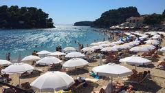 Krioneri-stranden ligger mitt i centrala Parga och erbjuder klart vatten och vackra omgivningar.