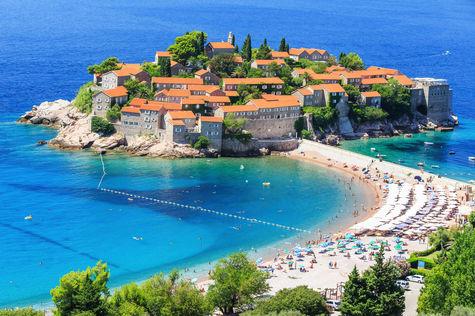 Badorten Budva i Montenegro berbjuder fina stränder och kristallklara vatten. Visst ser det lockande ut