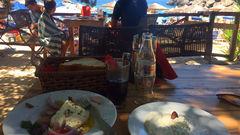 Grekisk lunch på Sarakiniko-stranden.