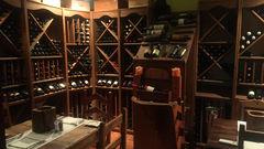 Vinkällaren på restaurang Castello är lika vacker som maten är god. Boka gärna bord innan.