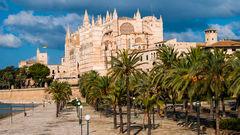 Palma, Mallorcas huvudstad, lockar med både shopping och bad.