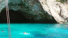 Simma i grottor med turkost vatten vid öarna Antipaxos och Paxos.