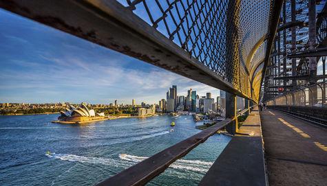 Från Sydney Harbour Bridge ser du ut över Operahuset.