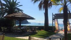 På Tango Beach Club på Valtos Beach kan du njuta av god mat och dryck, samt vacker utsikt och plask i poolen.